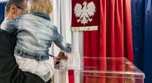 Sondaż: PiS niezagrożone na czele; Polska 2050 daleko przed KO