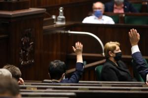 Sejm za dodatkami dla medyków i odmową sprzedaży osobom bez maseczek