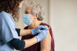 Zapisy na szczepienia przeciw COVID-19 są już dostępne dla najstarszych seniorów