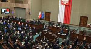 KO, Lewica i PSL tracą, a Polska 2050 zyskuje. PiS ze stabilnym poparciem