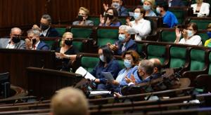 """Komentarze po głosowania ws. wotum nieufności: """"4:0 dla PiS. Zgniła prawica obroniła posłów"""""""