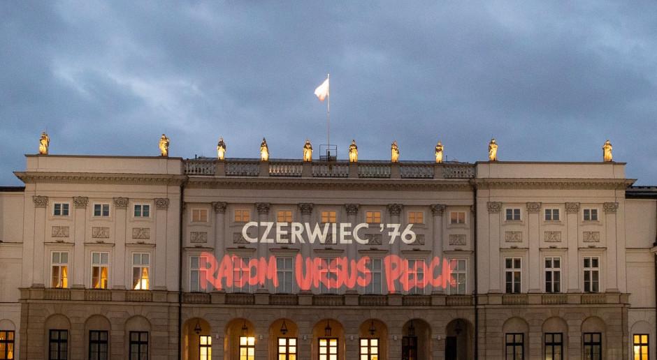 Okolicznościowa iluminacja na fasadzie Pałacu Prezydenckiego upamiętniająca Bohaterów Czerwca '76