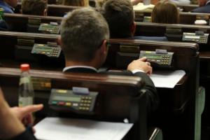 """Podwyżki dla parlamentarzystów dzielą opozycję. """"Wciągana przez PiS w pułapkę"""""""